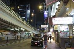 Coches parqueados en el borde de la carretera en la noche Imagen de archivo libre de regalías