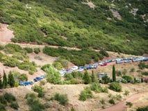 Coches parqueados en el camino de tierra de la montaña Imagen de archivo libre de regalías