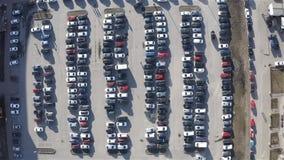 Coches parqueados en el estacionamiento en un día de primavera soleado metrajes