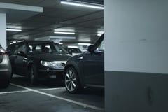 Coches parqueados en parking Imagen de archivo libre de regalías