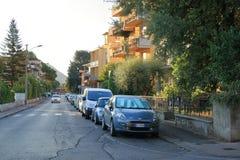 Coches parqueados en vía Montebello en Montecatini Terme, Italia Fotografía de archivo