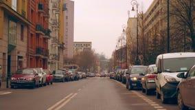Coches parqueados a lo largo del camino en la ciudad vieja metrajes
