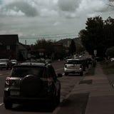 Coches parqueados y alineados en la calle fotos de archivo