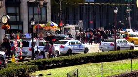 Coches policía de NYPD en los paisajes urbanos de Nueva York los E.E.U.U. almacen de metraje de vídeo