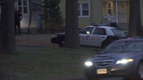 Coches policía en un disturbio nacional (2 de 3) almacen de metraje de vídeo
