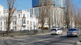 Coches policía que conducen rápidamente en la avenida del capital Kiev