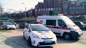 Coches policía y auto 1 de la ambulancia metrajes