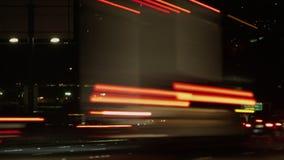 Coches que acometen en la noche en una carretera metrajes