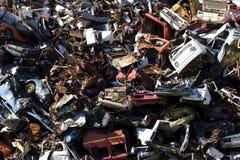 Coches que aherrumbran viejos en una yarda de desperdicios Foto de archivo libre de regalías