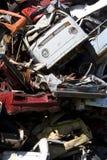 Coches que aherrumbran viejos en una yarda de desperdicios Fotografía de archivo libre de regalías
