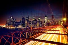 Coches que apresuran en el puente de Brooklyn Foto de archivo