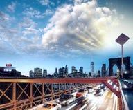 Coches que apresuran en el puente de Brooklyn, New York City Vida urbana Imágenes de archivo libres de regalías