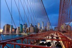 Coches que apresuran en la puesta del sol en el puente de Brooklyn, Manhattan Uno de los puentes más icónicos del mundo Fotos de archivo libres de regalías
