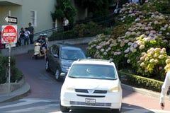 Coches que maniobran abajo de la calle del lombardo, calle torcida, Francisco Foto de archivo libre de regalías