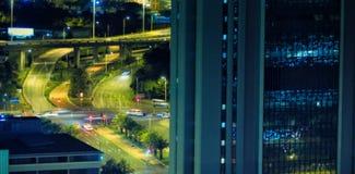Coches que mueven encendido el camino visto a través de ventana Imágenes de archivo libres de regalías