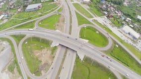 Coches que mueven encendido intercambio del camino Tráfico de coches en la intersección de la carretera Antena de la carretera co almacen de metraje de vídeo