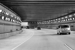 Coches que pasan a través del túnel encendido Foto de archivo libre de regalías