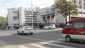 Coches que pasan un crossway peatonal en Bishkek metrajes