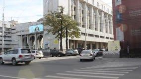Coches que pasan un crossway peatonal en Bishkek almacen de metraje de vídeo