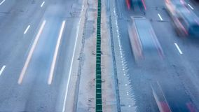 Coches que se mueven durante horas punta desde arriba Timelapse del movimiento del camino, rastros ligeros en la calle muy transi almacen de video