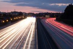 Coches que viajan abajo de la autopista sin peaje Fotos de archivo
