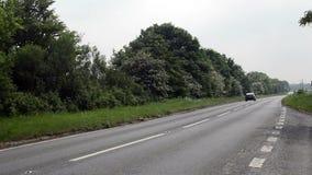 Coches que viajan en una carretera nacional reservada almacen de metraje de vídeo