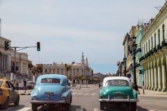 Coches retros americanos en Cuba Foto de archivo libre de regalías