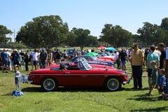 Coches retros coloridos hermosos en una exposición del coche foto de archivo libre de regalías