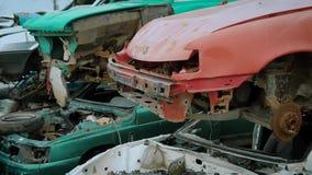 Coches rotos oxidados Pilas de coches rotos viejos sin detalles en el reciclaje del depósito de chatarra almacen de metraje de vídeo