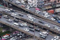 Coches urbanos y tráfico de la calle Imagenes de archivo