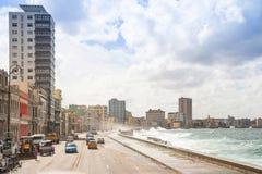 Coches viejos de la 'promenade' del Caribe hermosa de los colores de Cuba de la playa de La Habana del La foto de archivo libre de regalías