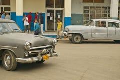 Coches viejos en pueblo cubano cerca del EL Rincon que conduce la últimos viejos tienda y aldeanos Fotografía de archivo libre de regalías
