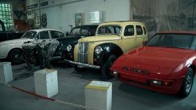 Coches viejos retros elegantes en el museo almacen de video