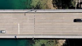 Coches y camiones aéreos en el puente con el movimiento del carro metrajes