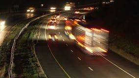Coches y camiones en una carretera metrajes