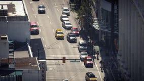 Coches y gente en el paso de peatones céntrico almacen de video