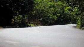 Coches y motos del montar a caballo en el camino curvado adentro almacen de metraje de vídeo