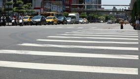Coches y motos del tráfico que conducen en el camino en la ciudad de Taipei del día almacen de metraje de vídeo