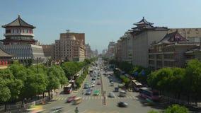 Coches y trenes ocupados en las carreteras principales, xian, Shaanxi, China metrajes