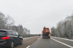 Coches y vehículo del propósito especial para la eliminación de residuos mojada en un autobahn, Alemania Imagenes de archivo