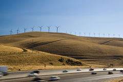 Coches y windturbines Imagenes de archivo