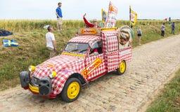 Cochonou-Wohnwagen auf einem Kopfstein-Straßen-Tour de France 2015 Lizenzfreies Stockfoto