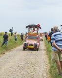 Cochonou-Wohnwagen auf einem Kopfstein-Straßen-Tour de France 2015 Lizenzfreie Stockfotos