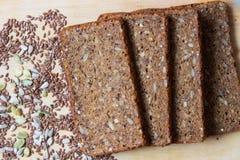 Coci? recientemente el pan de la harina de trigo entero y de la linaza, semillas de girasol, semillas de calabaza Concepto sano d foto de archivo libre de regalías