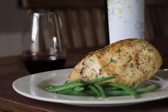 Cocida el pollo e hilo en una placa fotos de archivo