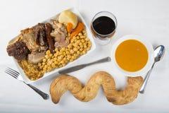 Cocido与肉和chikpeas的分类的西班牙炖煮的食物 库存照片