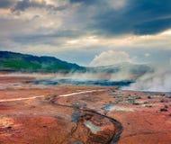 Cocido al vapor de la fumarola al vapor en el valle geotérmico Hverarond Foto de archivo libre de regalías