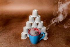 Cocido al vapor de la opinión angulosa del fondo al vapor del cobre de la pirámide del café y de la vaina Fotos de archivo