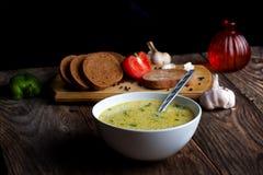 Cocido al vapor de la sopa de verduras y de los ingredientes al vapor calientes Fotos de archivo libres de regalías