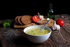Cocido al vapor de la sopa de verduras y de los ingredientes al vapor calientes Fotografía de archivo